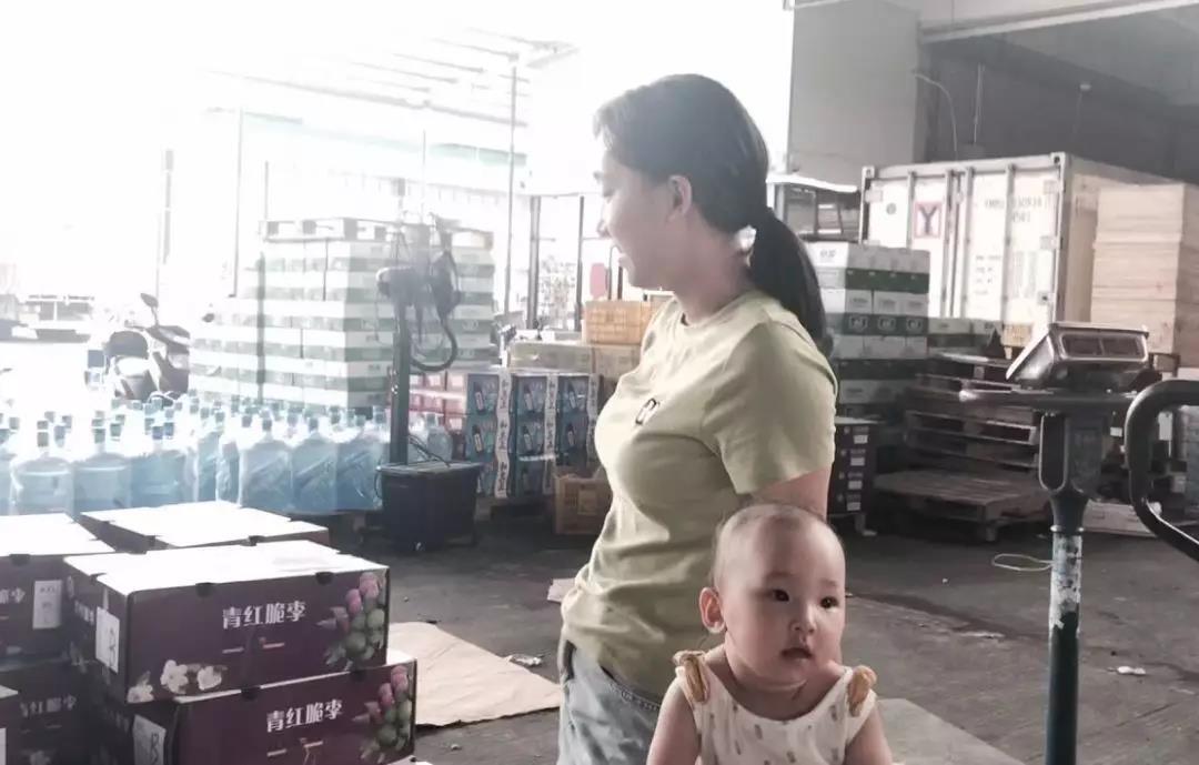 余泰果业的老板娘和小孩.jpg